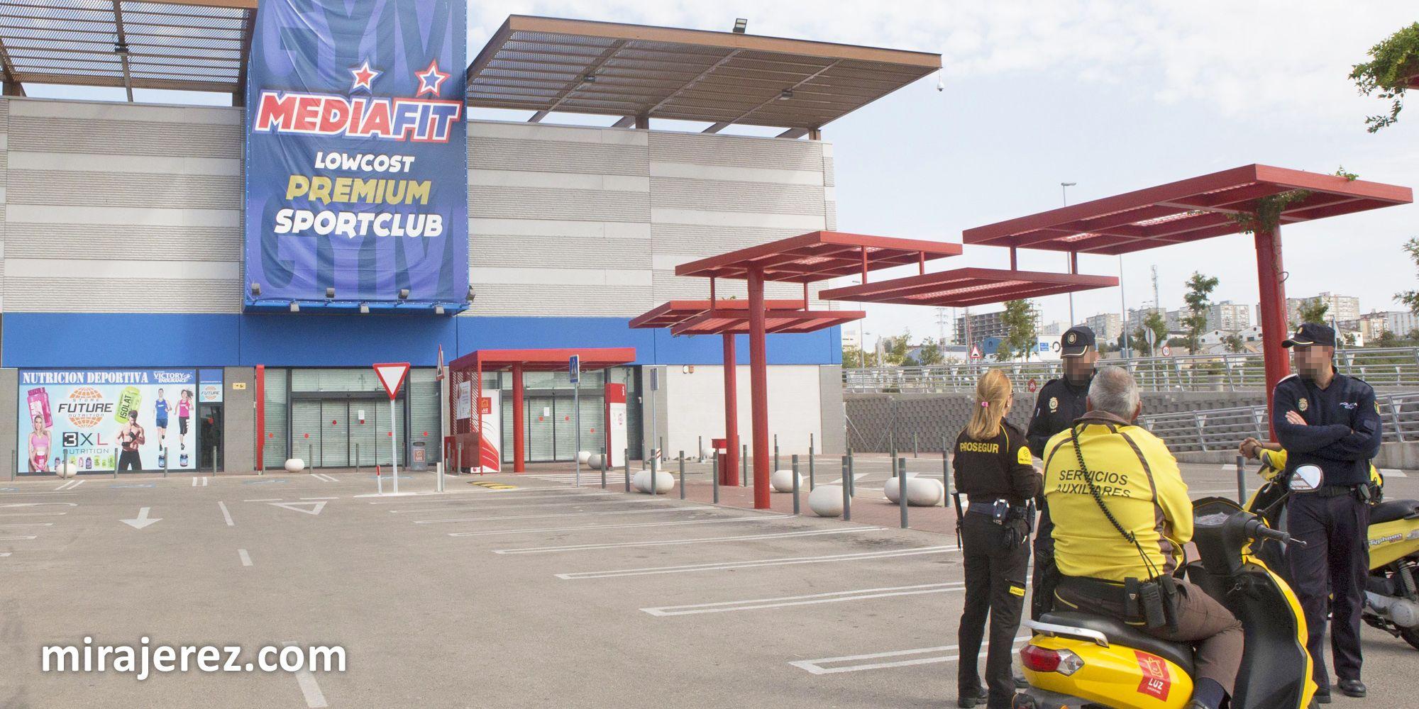 Agentes de la Policía Nacional y del servicio de seguridad del parque custodian la entrada al parking de MediaFit | Juan Carlos Corchado para MIRA Jerez