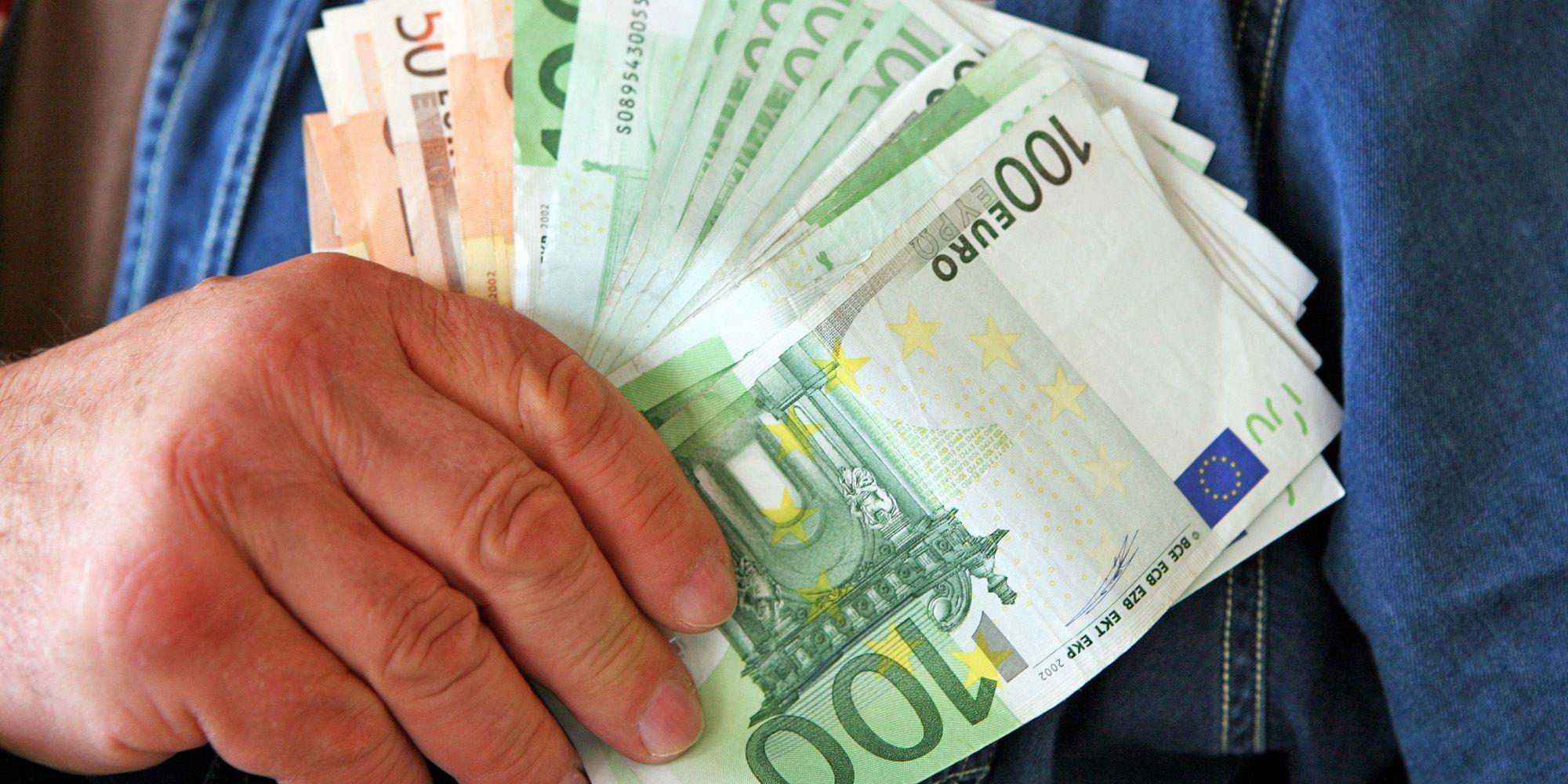 billetes-euros-en-mano