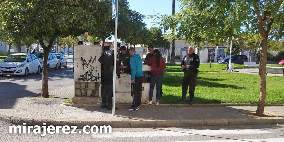 Control de drogas de la Policía Nacional a grupo de jóvenes en Jerez, NOV 2016 | MIRA Jerez