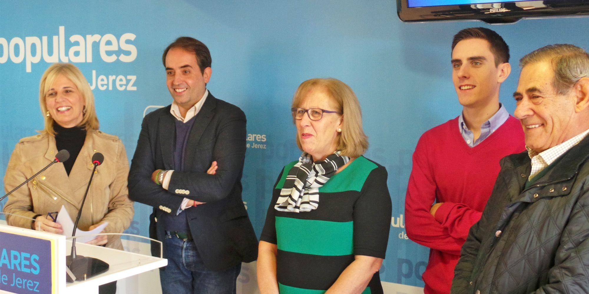 María José García-Pelayo, en rueda de prensa en la sede del PP de Jerez acompañada por Antonio Saldaña, José Galvín, María José Rúa y Jaime Espinar
