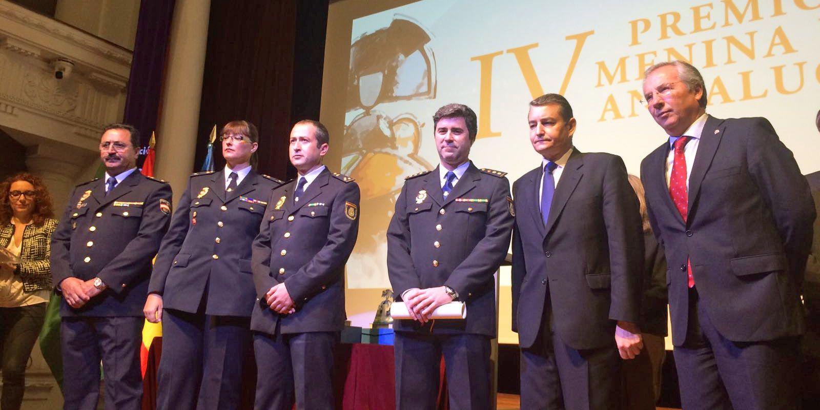 El delegado del Gobierno en Andalucía, Antonio Sanz, ha hecho entrega del galardón a la Unidad de Atención a la Familia y Mujer –UFAM- de la Policía Nacional de Jerez, recogiendo el galardón Carlos Serra, comisario jefe.