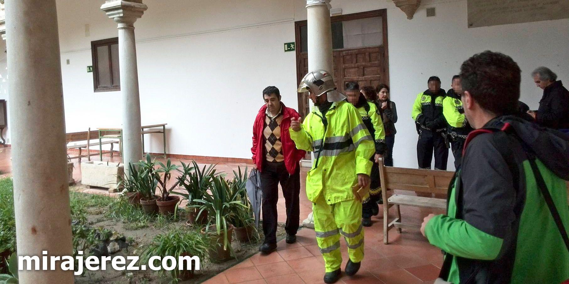 Los Bomberos inspeccionan el lugar del desplome en un patio interior de la Escuela de Arte y Oficios de Jerez | Miguel Abreu para MIRA Jerez
