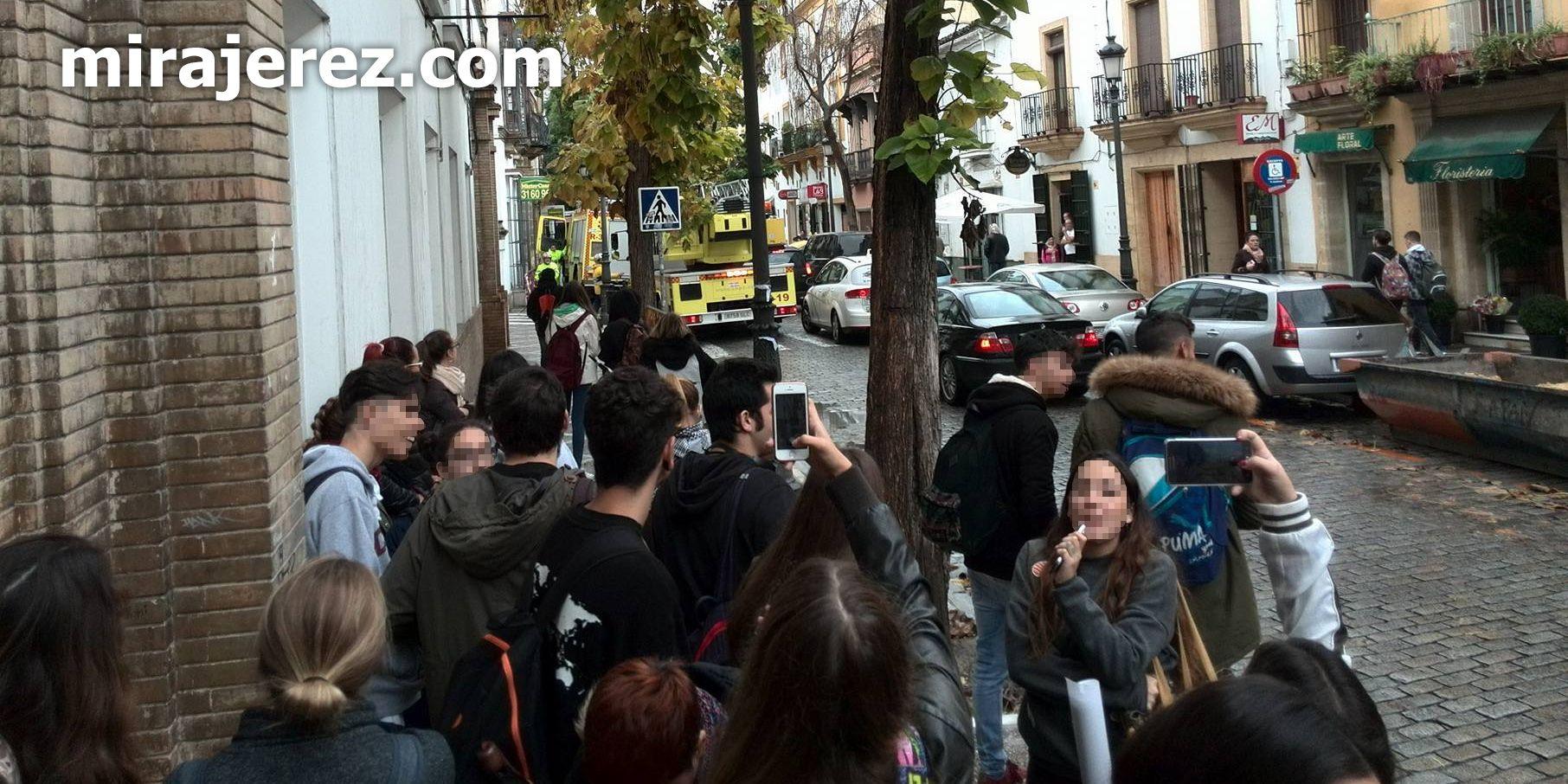 Alumnos de la Escuela de Arte y Oficios de Jerez salen a la calle en modo preventivo | Miguel Abreu para MIRA Jerez