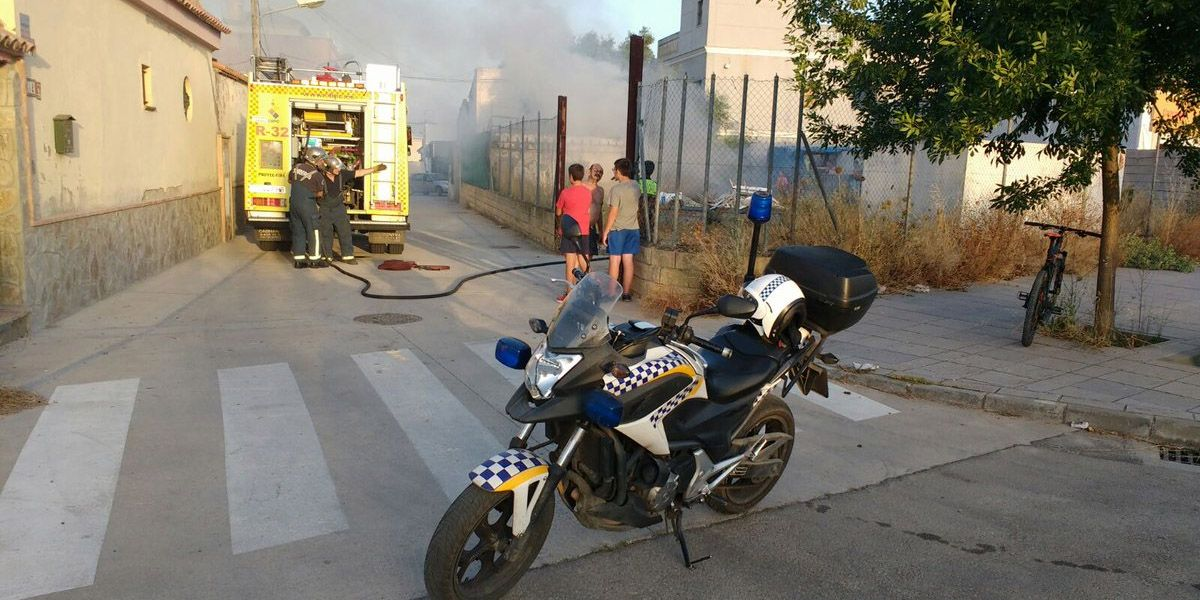 Incendio junto a viviendas en la Barriada de las Flores - MIRA