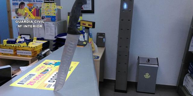 Atracan a punta de cuchillo la oficina de correos de for Oficina correos cadiz