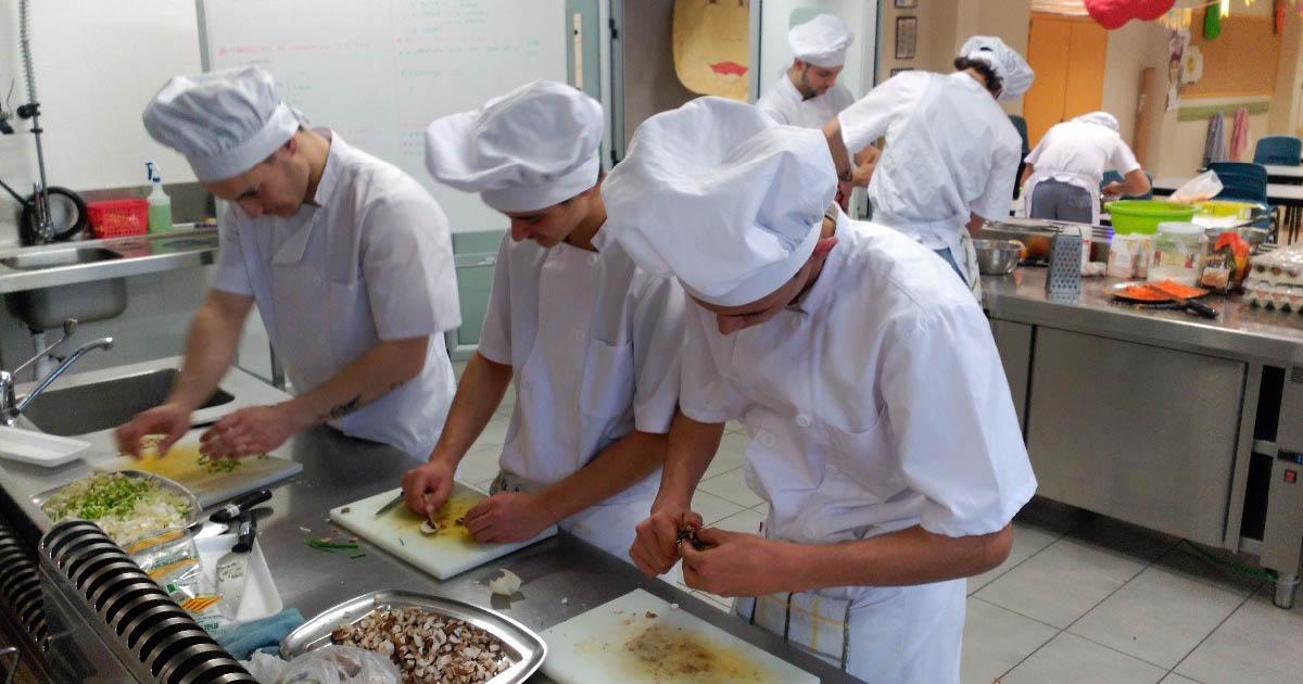 Un restaurante de jerez busca ayudante de cocina el mira - Trabajo de ayudante de cocina para colegios ...