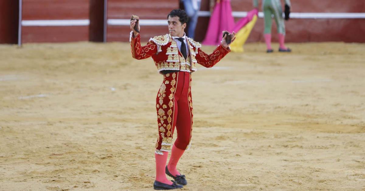 Juan del Moral toma la alternativa y sale a hombros