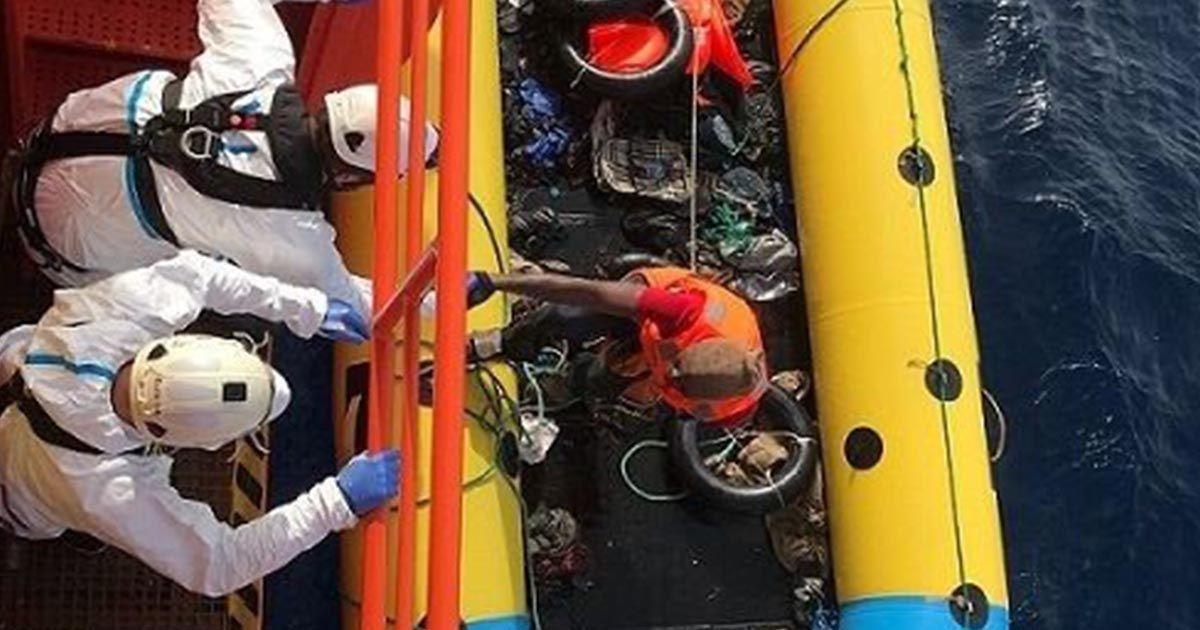 Salvamento marítimo rescate de personas en patera en Almería