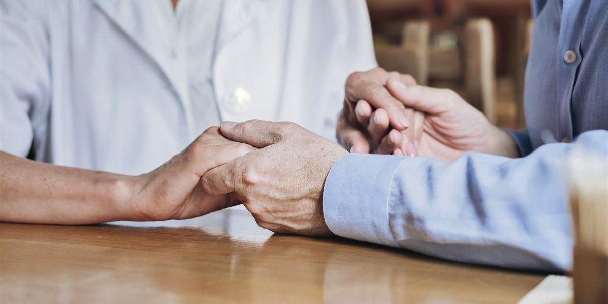 Cuidadora roba a un matrimonio de ancianos