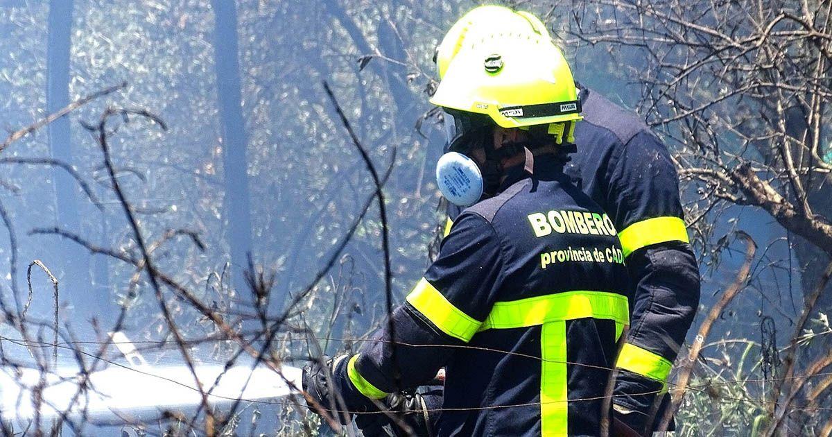 Bomberos durante un incendio en la provincia de Cádiz |Foto: Jesús Catalán