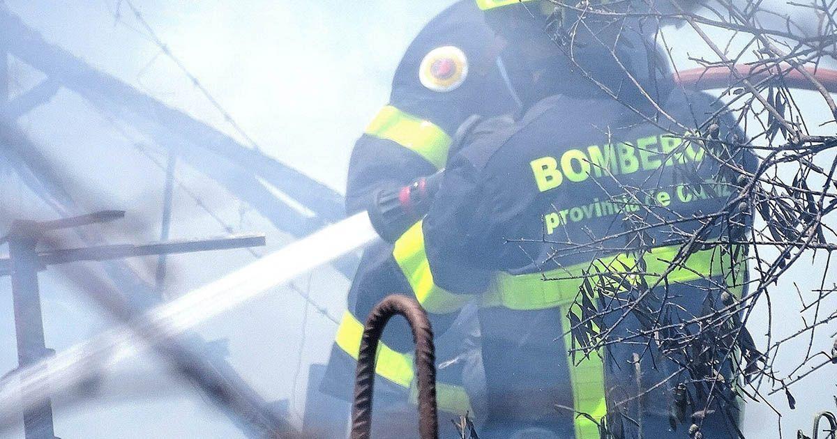 Bomberos en un incendio | Foto: Jesús Catalán