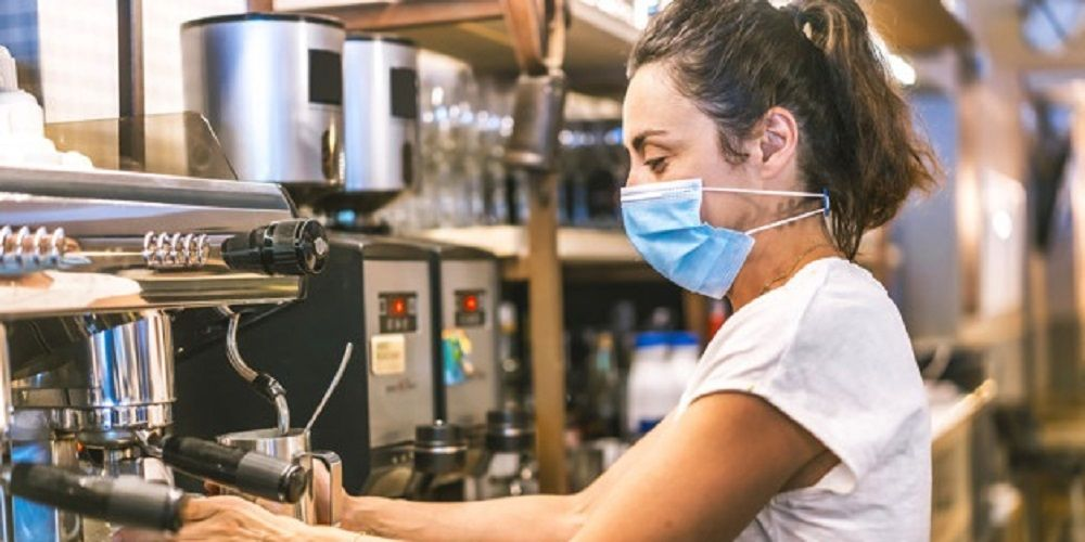 foto bar mascarilla camarera reglas normas coronavirus bares restaurante prohibido despedir