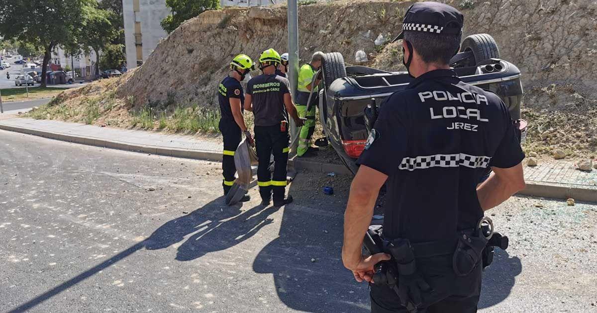 Coche volcado en Segismundo Moret | Foto: Jesús Catalán