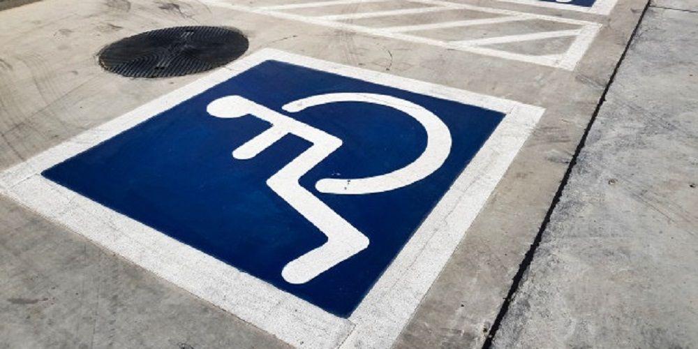 Utiliza la tarjeta de discapacidad de su marido fallecido para aparcar