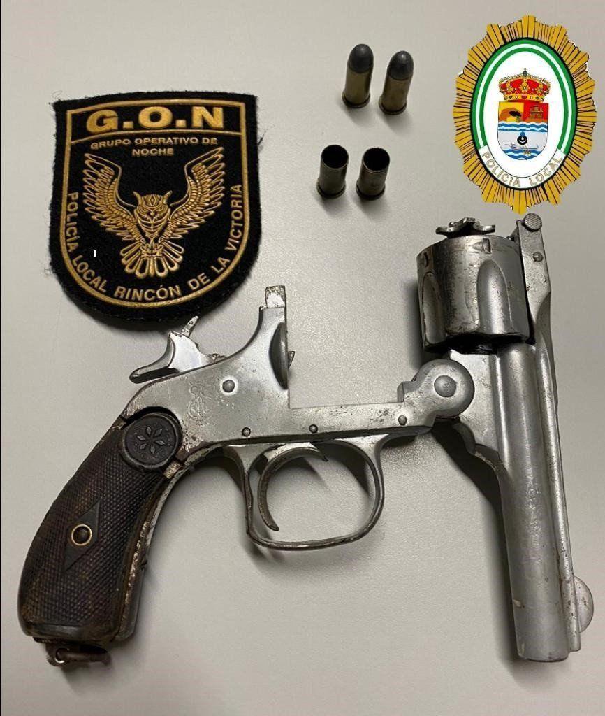 Revólver con munición intervenido por la Policía Local de Rincón de la Victoria