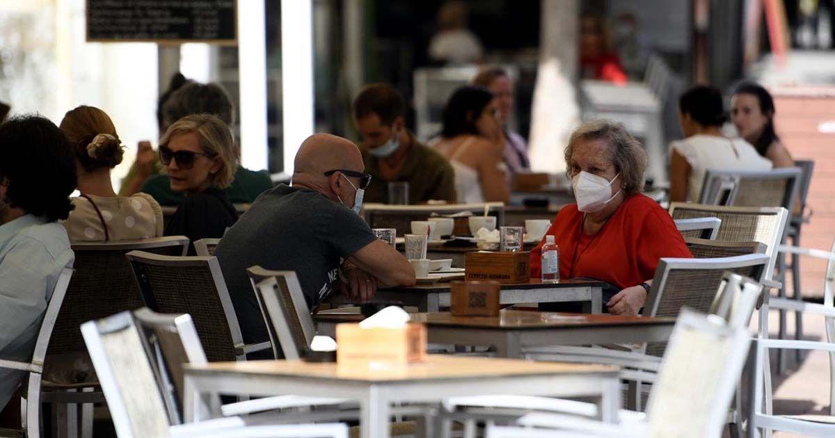 Personas en terrazas de Málaga con mascarilla   Foto: EP