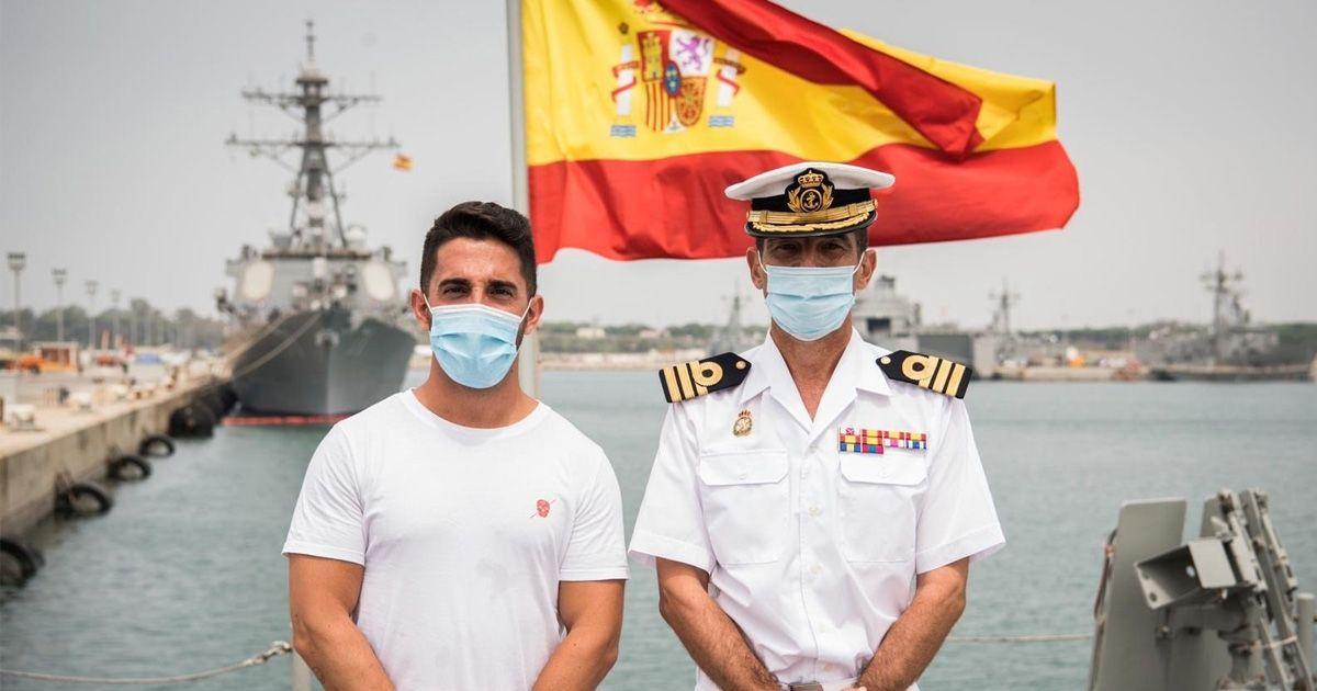 El español más joven en dar la vuelta al mundo presenta un libro en la Base de Rota