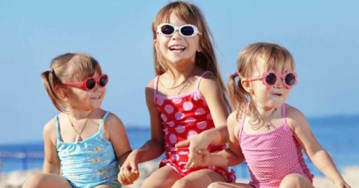 Niños con gafas de sol en la playa