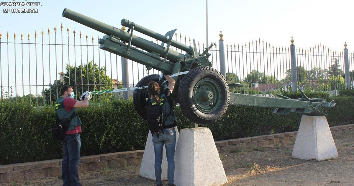 Arma de guerra expuesta en una finca privada de Mairena del Alcor
