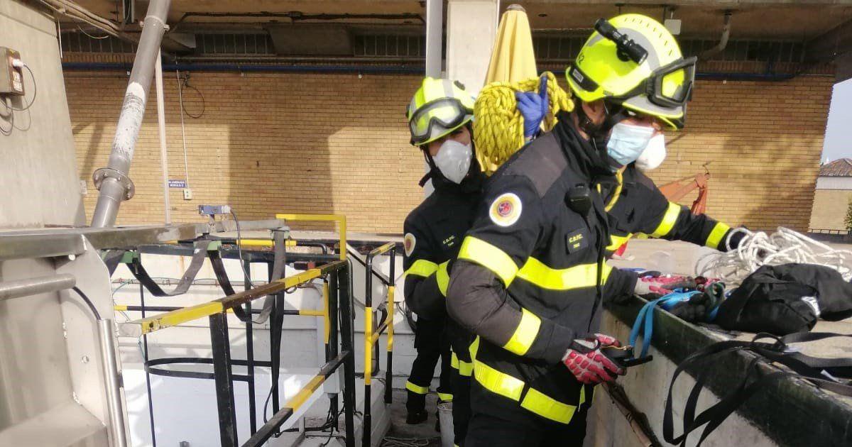 Un hombre cae desde cuatro metros en el pozo de una bodega en Jerez