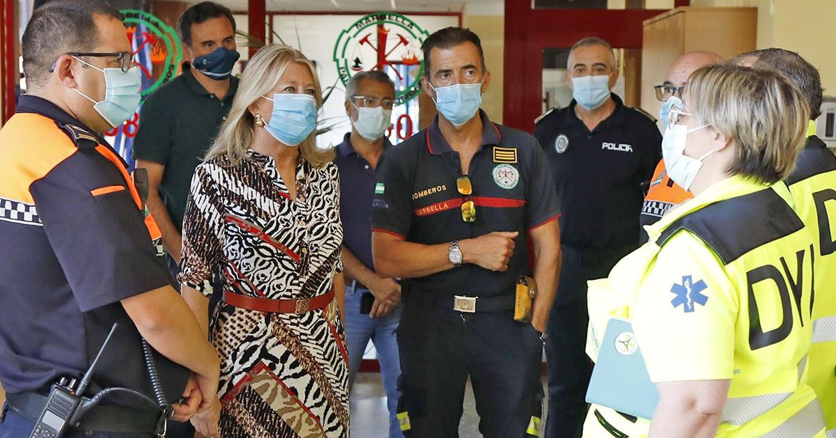 Marbella - Ángeles Muñoz con efectivos de Policía Local Bomberos Protección Civil y DYA