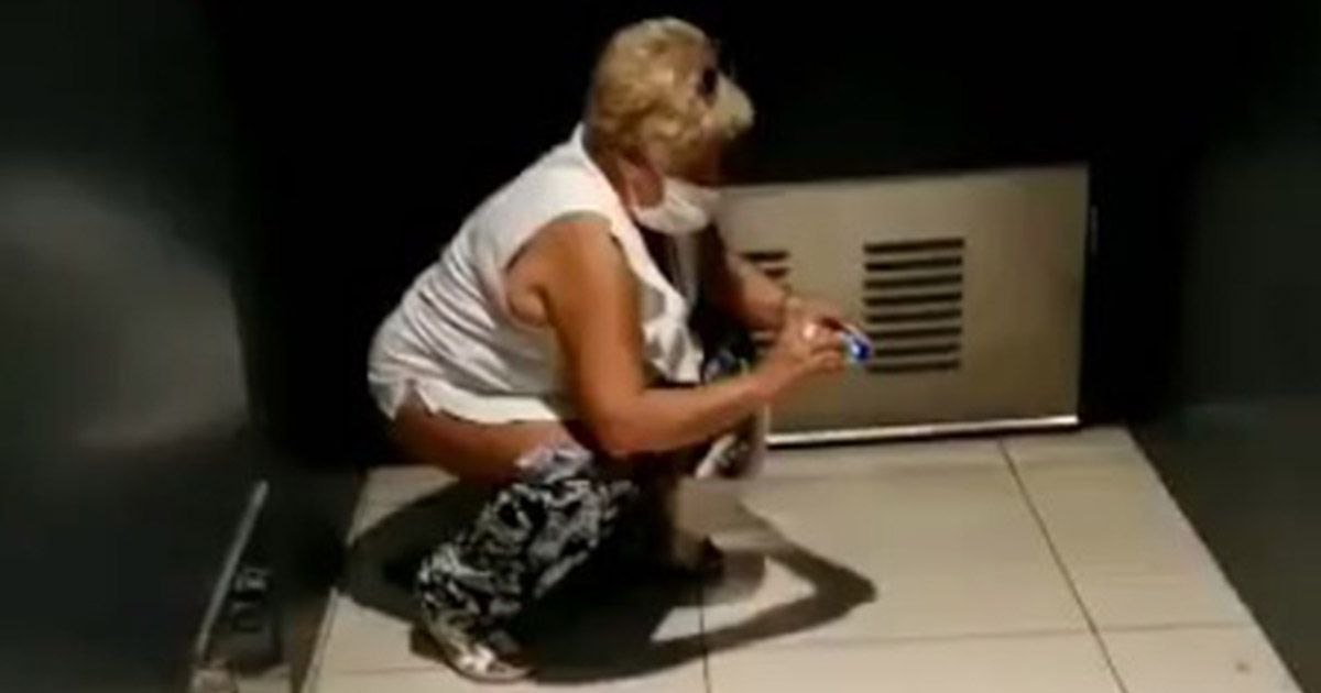 Mujer haciendo caca en una tienda