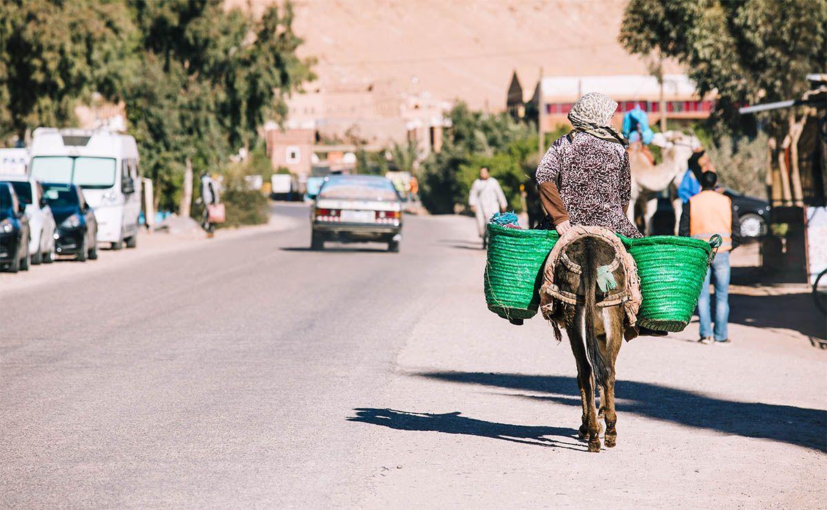Escena de calle en marrakesh marruecos polizón