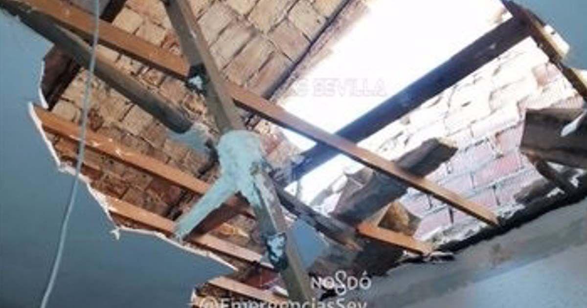 Techo de la casa que se ha caído encima de una mujer