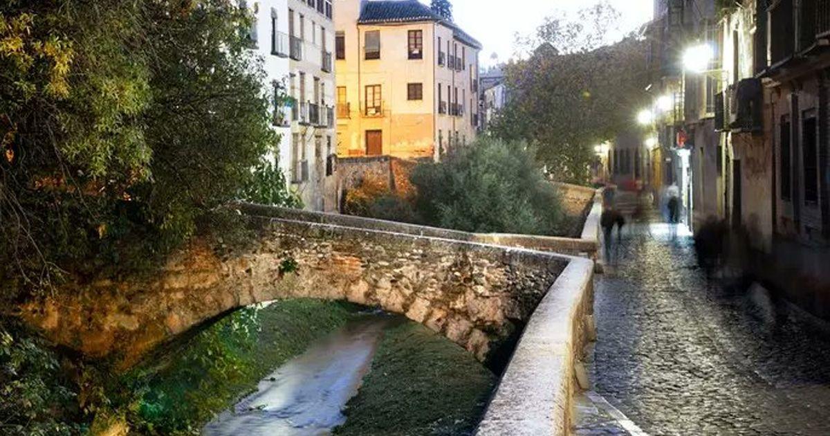 Una pareja cae de madrugada al río en el Paseo de los Tristes de Granada