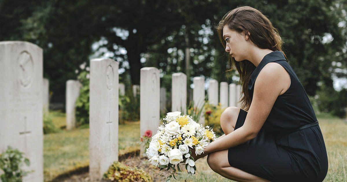 cementerio pérdida superar la muerte mujer triste horarios visitas Cádiz