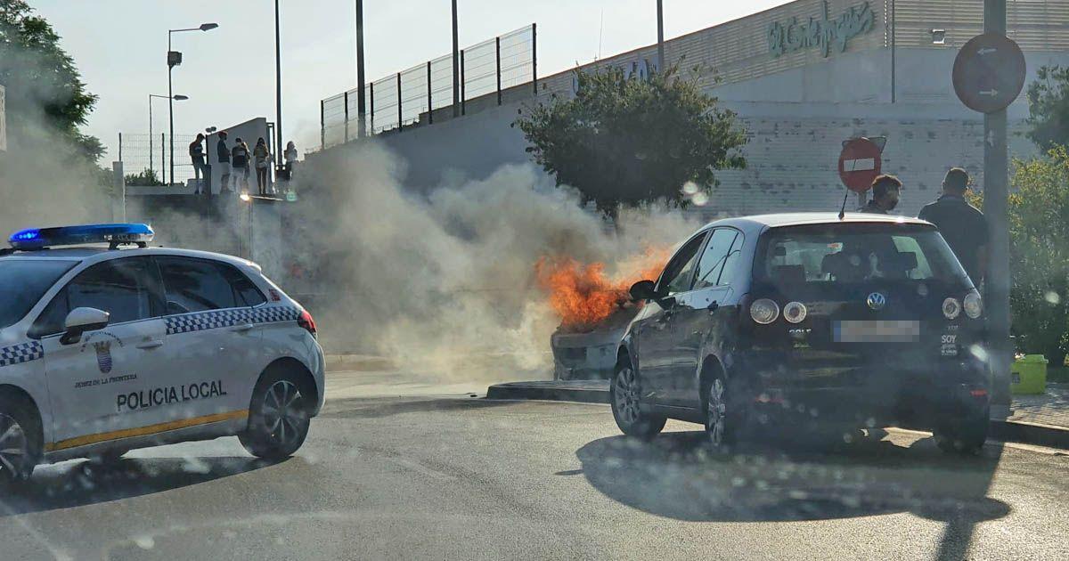 Coche en llamas incendio Jerez avenida voltaire