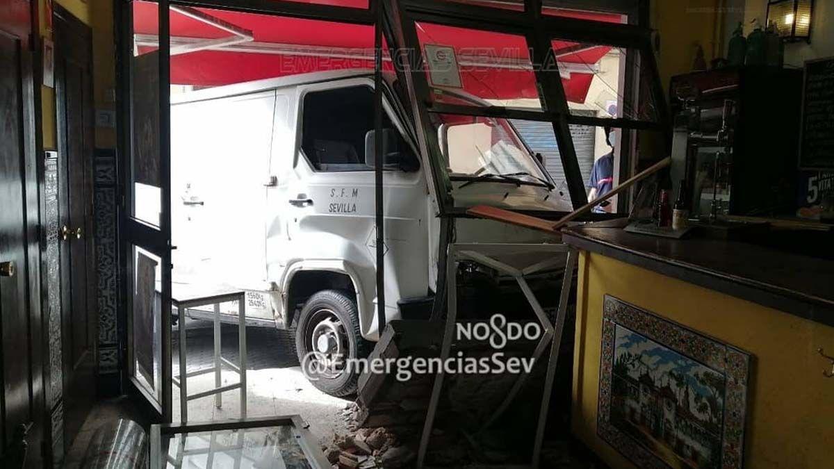 Una furgoneta se empotra en un bar de Sevilla