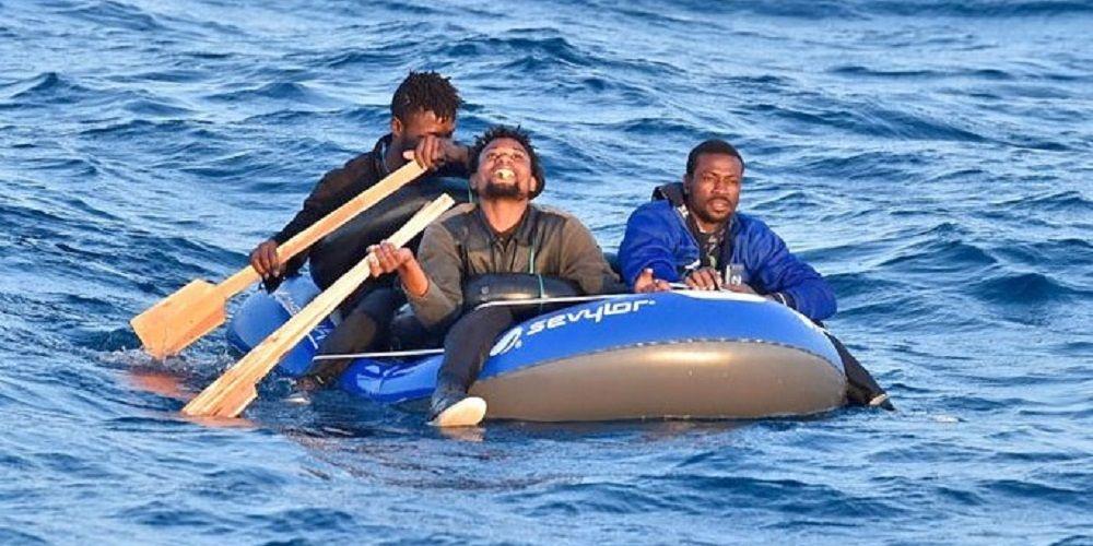 Interceptan un kayak con inmigrantes rumbo a la costa de Andalucía