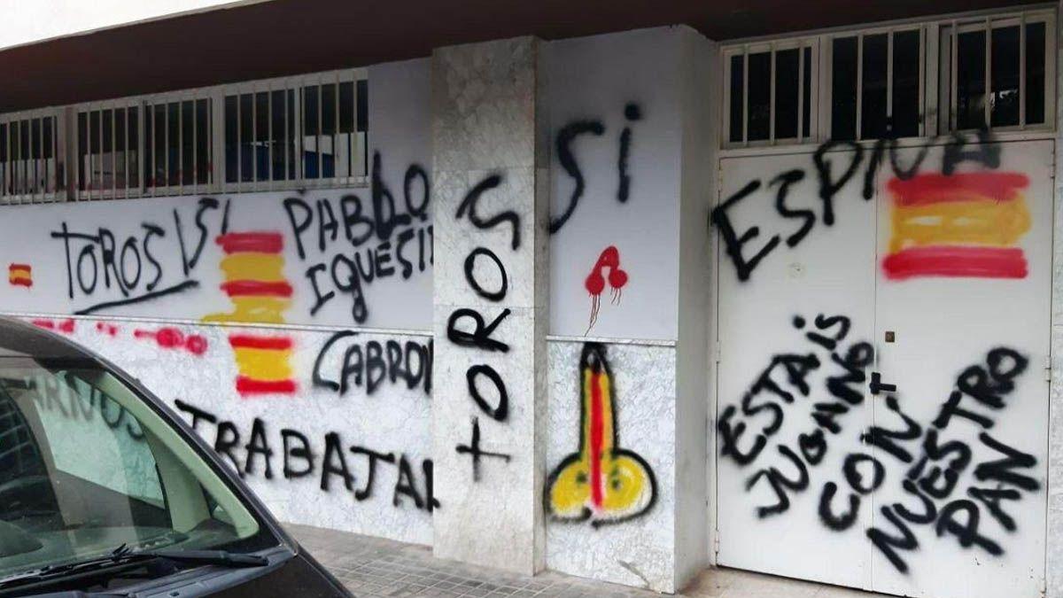 Ataque de taurinos a las sedes de Podemos, PP y PSOE en Sevilla
