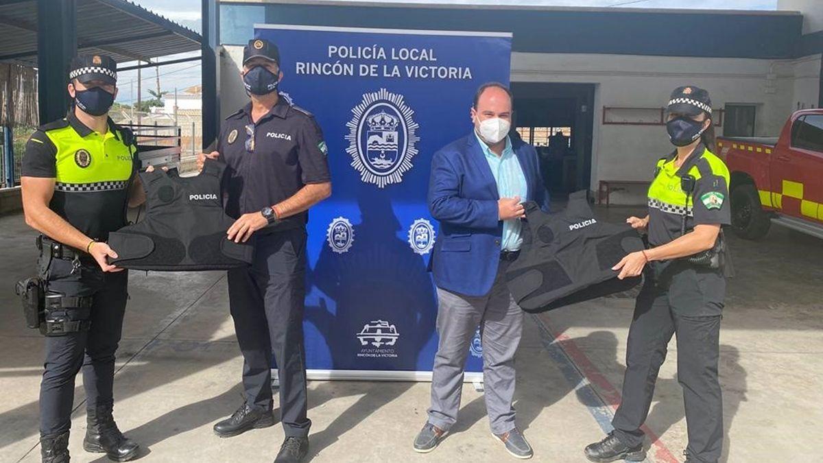 Rincón de la Victoria proporciona a la Policía Local de chalecos de protección