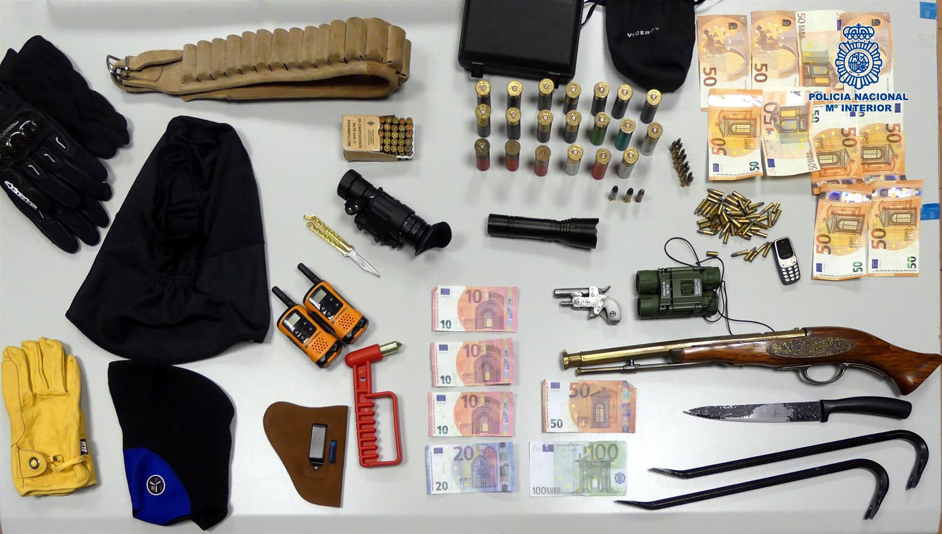 Dinero y armas requisadas en el piso