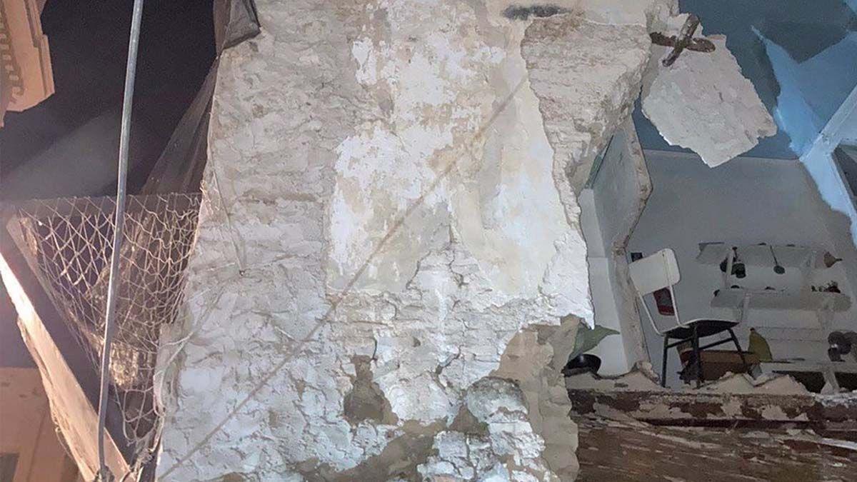 Desalojan a una familia tras el derrumbe de un edificio en Córdoba
