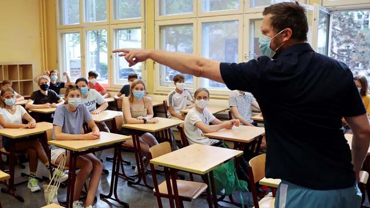 Un profesor pega a su alumno por no usar mascarilla