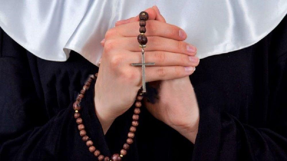 Monjas Hermanas de la Cruz rezando