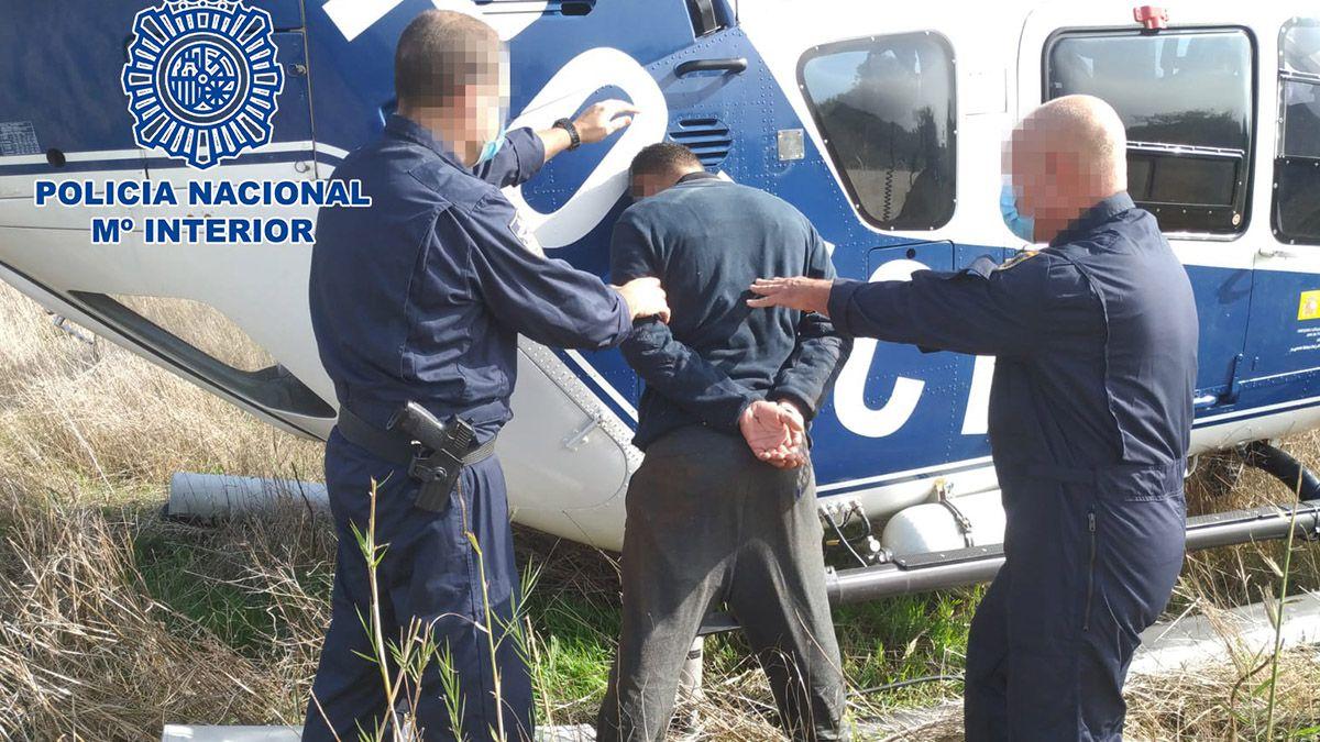 Uno de los individuos siendo detenido por la Policía Nacional