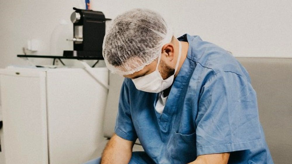 médico amenazas triste coonavirus