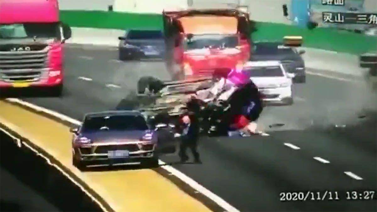 cae por un puente tras colisión con un camión