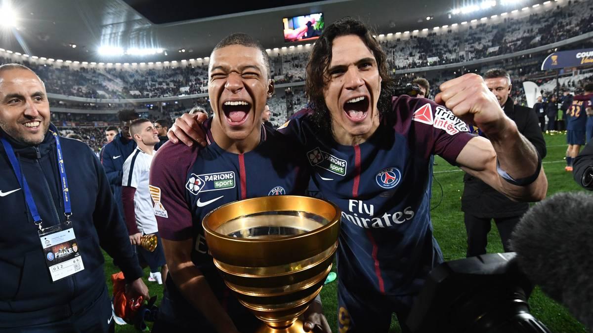 Kylian Mbappé junto a Cavani celebrando la Copa de la Liga