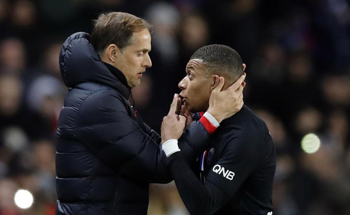 Kylian Mbappé y Thomas Tuchel discutiendo tras su sustitución