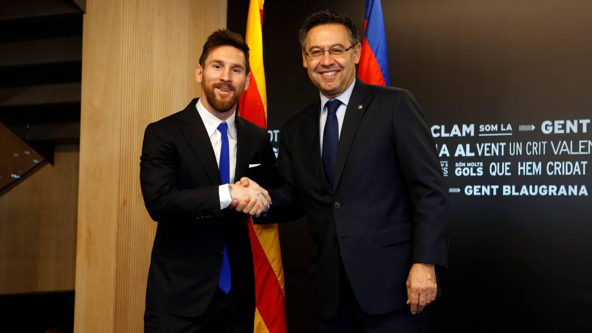 Lionel Messi y Bartomeu en su renovación con el FC Barcelona (2017)