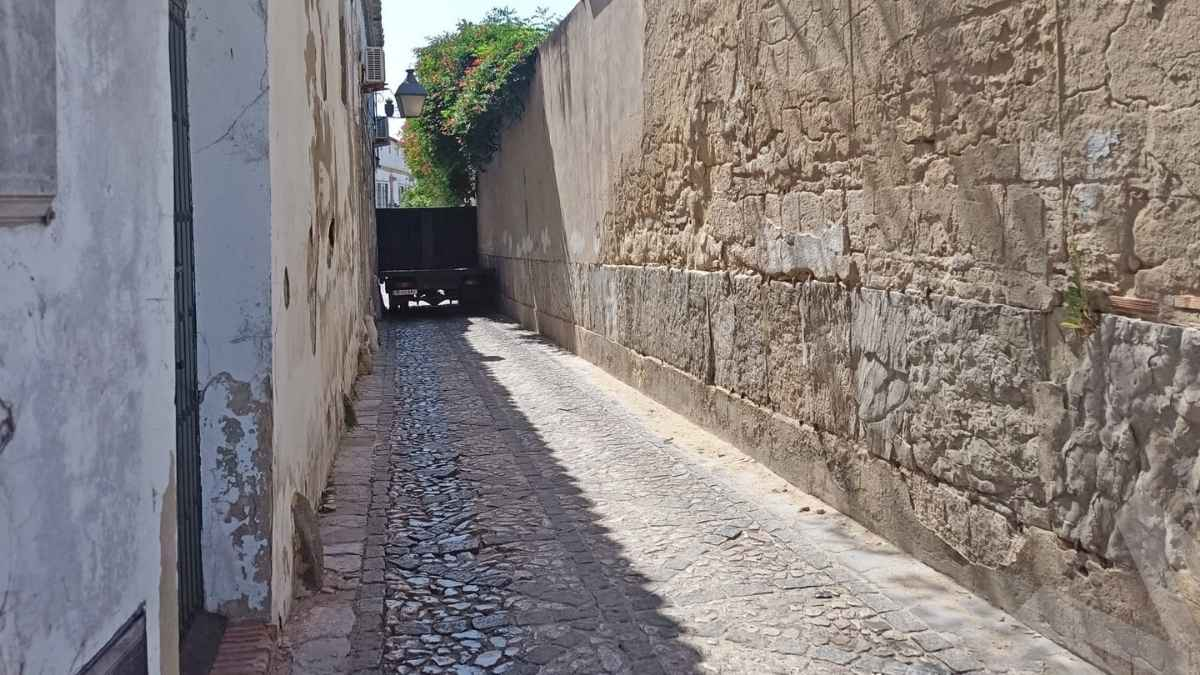 Un camión se queda encajado en una calle de Jerez de la Frontera