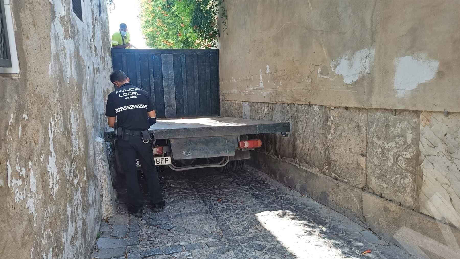 Un camión se queda encajado en una calle de Jerez